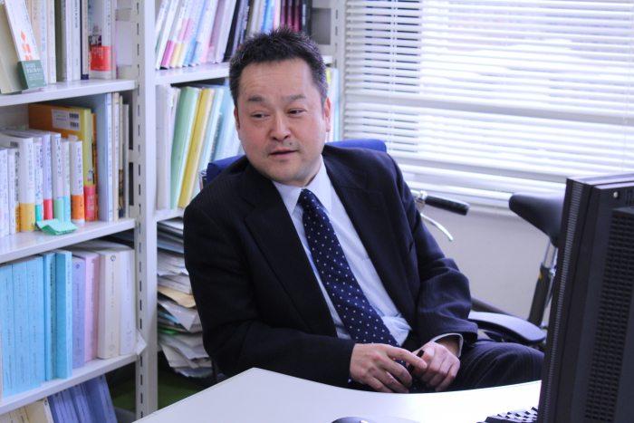 【研究者インタビュー:玄田有史先生】「僕らができることって言うのは、今、起こっていることを将来にバトンパスする、そのために何を残せるかを考えてこういう本を作ったりしているんです。」